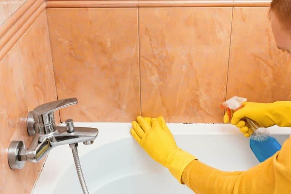Schimmel im Bad entfernen – Gesundheitsrisiko beseitigen