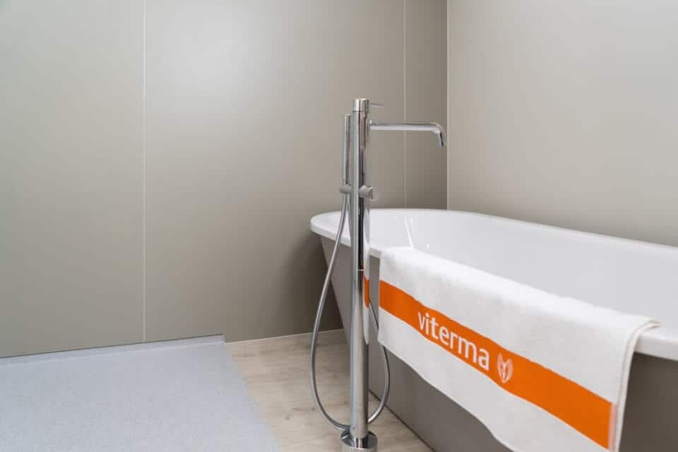 Fugenloses Bad - durch Wandpaneele Probleme vermeiden