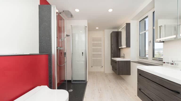 Eine begehbare Dusche sorgt für mehr Bewegungsfreiheit im Badezimmer.