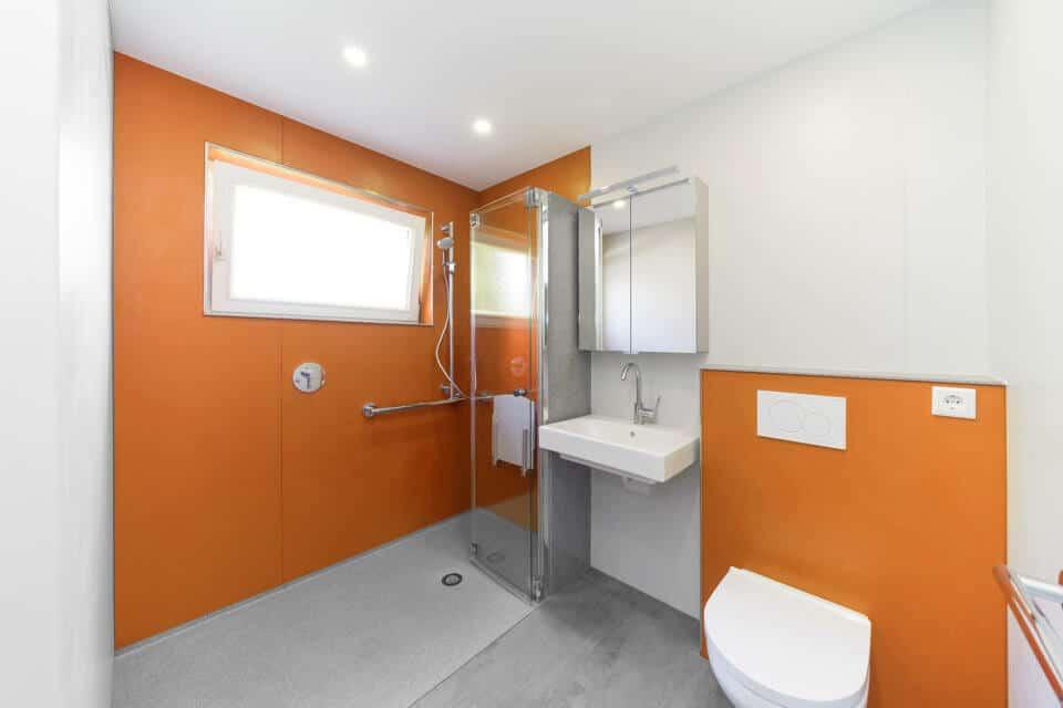 Eine begehbare Dusche von viterma ist dank Haltegriffen und Duschsitz sowie flachem Einstieg barrierefrei.